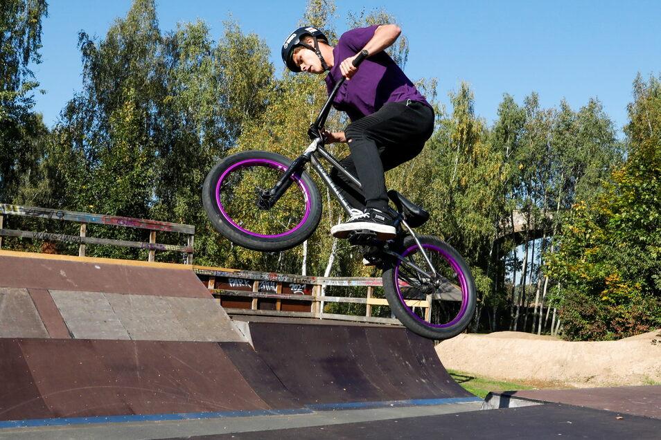 Der Skatepark bietet die verschiedensten Elemente für Sprünge und Drehungen mit BMX-Rädern, Inline-Skatern und Rollerfahrern.