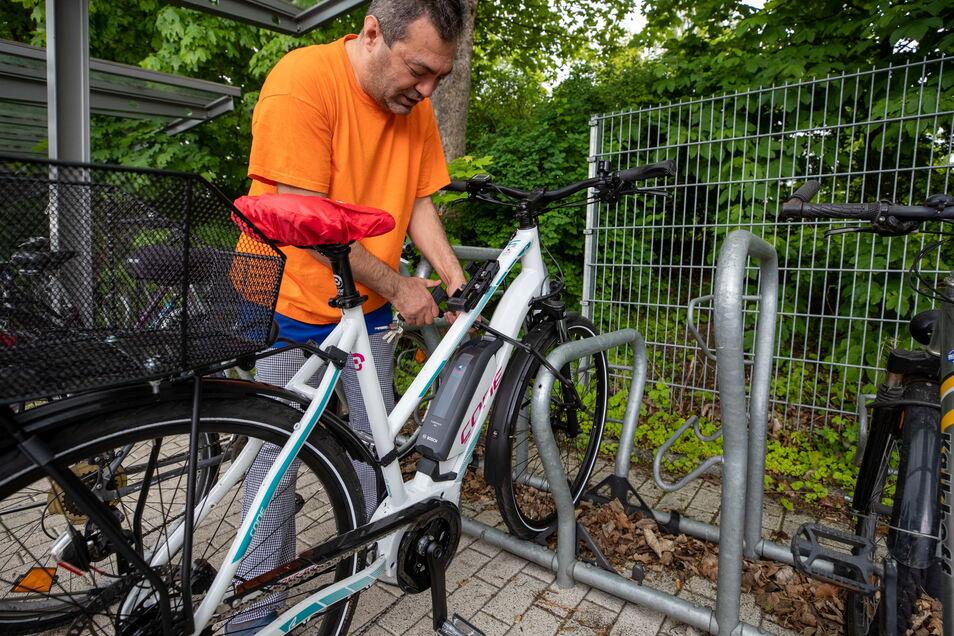 So ärgert man Diebe: Tuncay Özlek vom türkischen Imbiss am Bahnhof entfernt gleich den Akku seines E-Bikes, bevor er zur Arbeit geht.