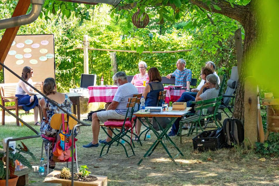Schatten an einem heißen Tag: Im Garten des Alten Gasthofs in Ziegra hatten sich die Teilnehmer des Erzählcafés versammelt, um sich ihre Lebensgeschichten zu erzählen.