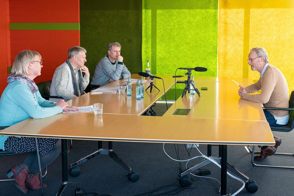 Drei Leserbeiräte interviewen SZ-Chefredakteur Uwe Vetterick – coronabedingt mit Abstand. Die Fragen stellten Mandy Vogel, Volker Neubert und Heiko Lindemann (von links).