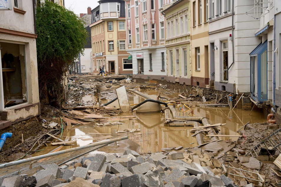Schreckliche Bilder nach dem Hochwasser am 17. Juli in Bad Neuenahr-Ahrweiler in Rheinland-Pfalz: In einer Straße in der Innenstadt liegen die Versorgungsleitungen frei.