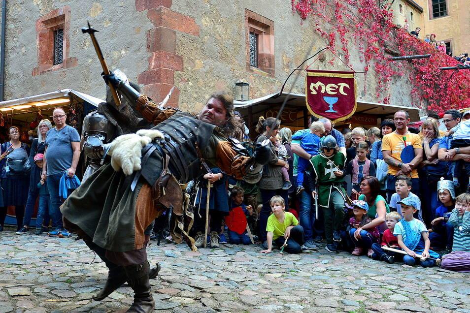 """Beim Spektakel auf dem Hof der Burg Kriebstein lieferten sich die """"Schwarzen Ritter"""" Schaukämpfe."""