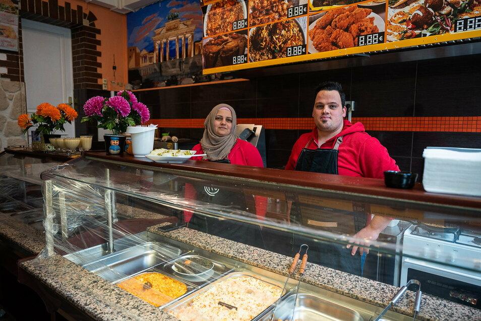 Köchin Abier Ajaib und Inhaber Ahmad Albittar stehen im neuen orientalischen Imbiss auf der Berliner Straße 38 A.