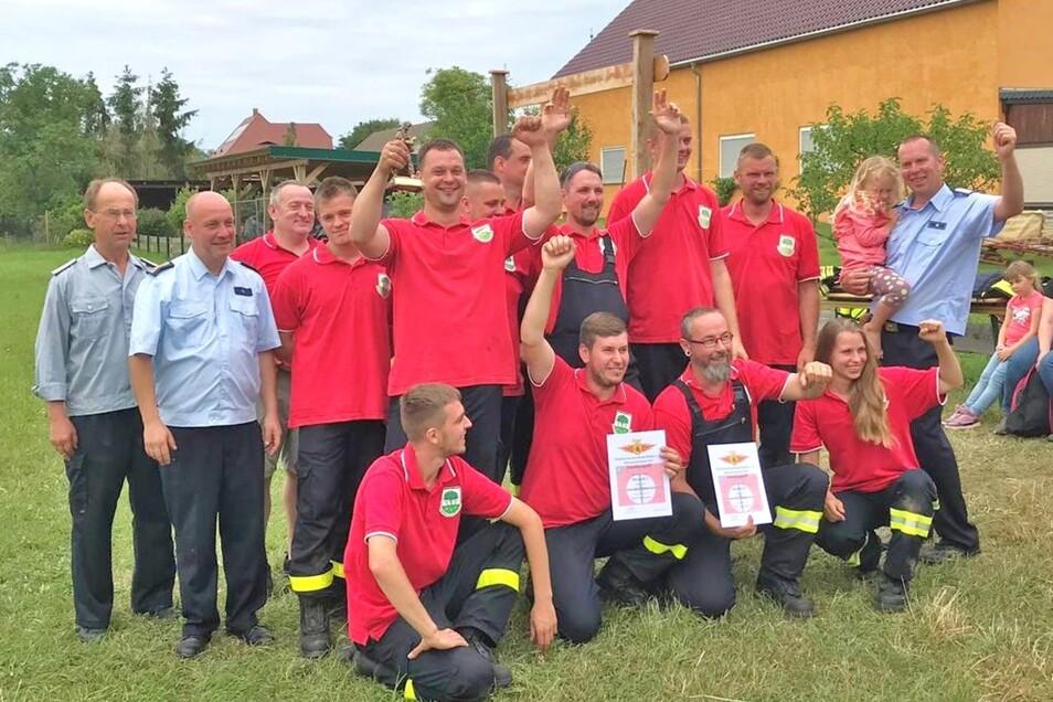 Die Straucher Feuerwehrleute jubeln über ihrer starke Leistung.