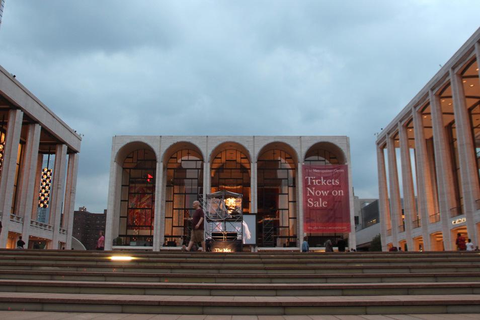 Die Metropolitan Oper im Lincoln Center in New York (M), die Konzerthalle (r) und das Balletthaus (l).