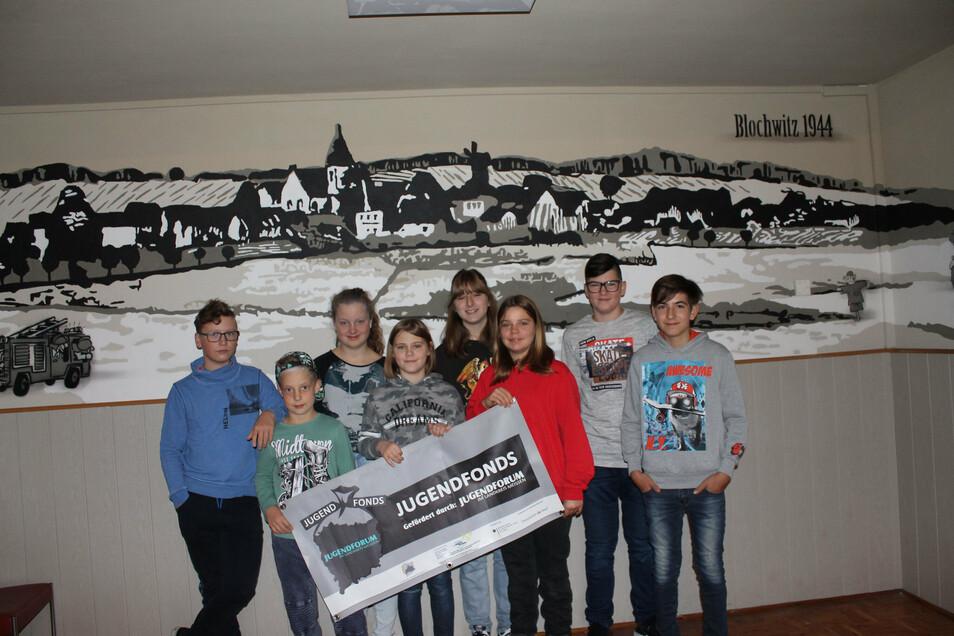 Hannah, Lexa, Vincent, Arne, Celina, Anika, Nino und Max vor dem fertigen Panorama-Wandbild.