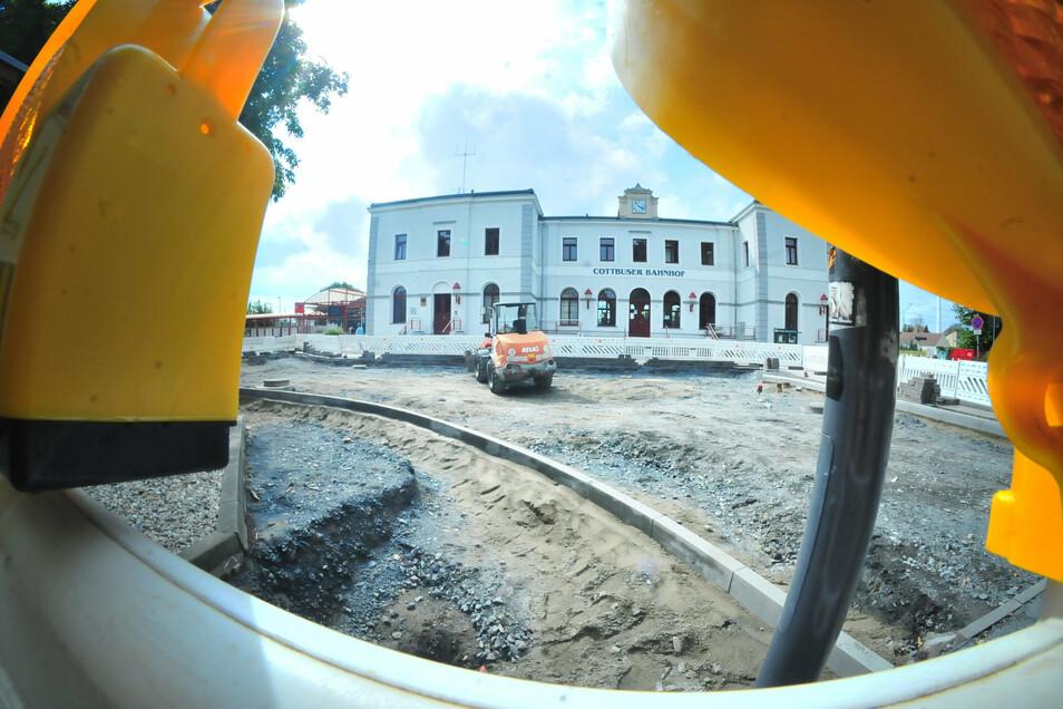 Noch bis voraussichtlich 21. August wird der Vorplatz des Cottbuser Bahnhofs erneuert.