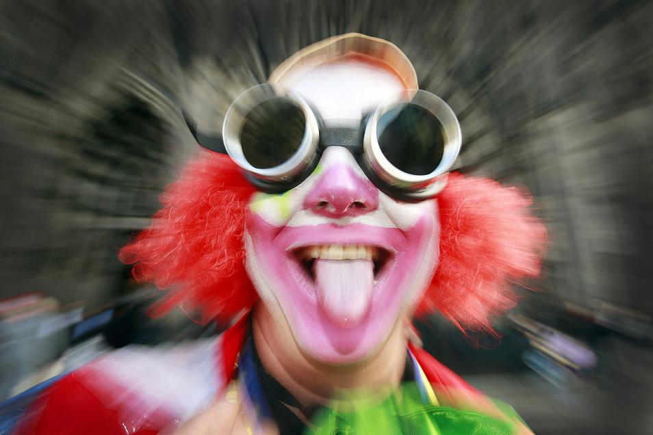 Ein wild gewordener Clown erschreckt in Dresden-Trachau Passanten. Die Polizei findet das nicht witzig und ermittelt wegen Nötigung.