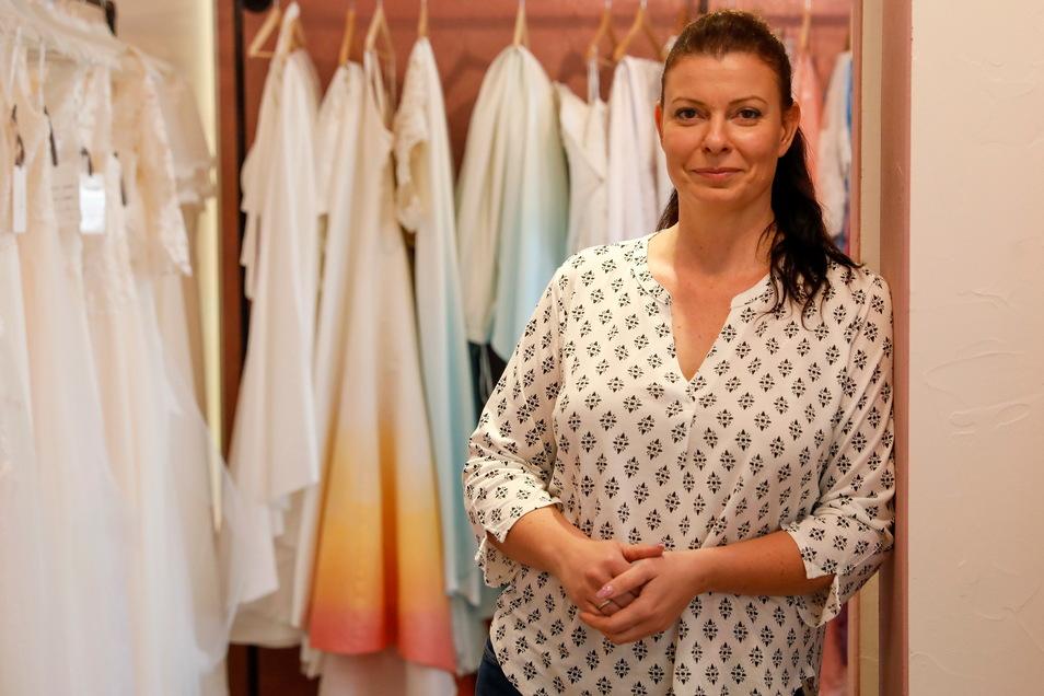 Anja Urban-Lauer eröffnet Löbaus ersten Laden für Brautmoden. Mit einer Besonderheit: Sie verkauft auch farbige Kleider und Schleier, die sie selbst färbt.