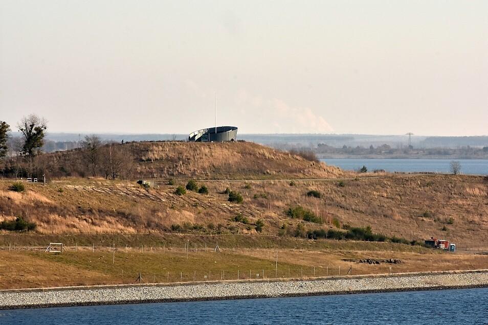 Fernglas nicht vergessen! Hier sieht man die über einen Kilometer entfernte Victoriahöhe. Im Hintergrund ist das über 40 km entfernte Kraftwerk Boxberg zu erahnen.