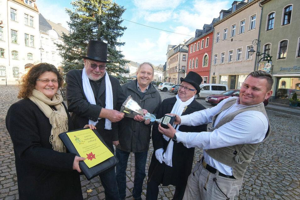 Dieter Hentschel, Albrecht Hänel und Bürgermeister Steffen Ernst (in der Mitte von links nach rechts) nehmen für den Stadtrat von Ina Pugell (links) und Roman Petters (rechts) die Herausforderungsurkunde an. Diesmal ohne Notar.
