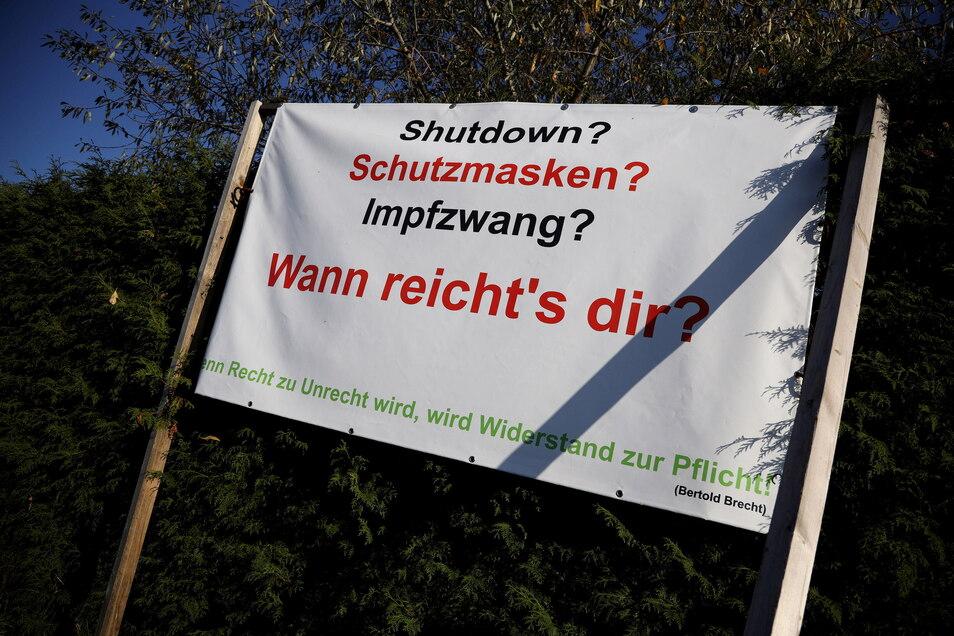 Neben gefälschten Wahlaufrufen versuchen Reichsbürger im Kreis Meißen, wie hier 2020 in Merschwitz, auch mit Bannern und Plakaten aus der Pandemie politisches Kapital zu schlagen.