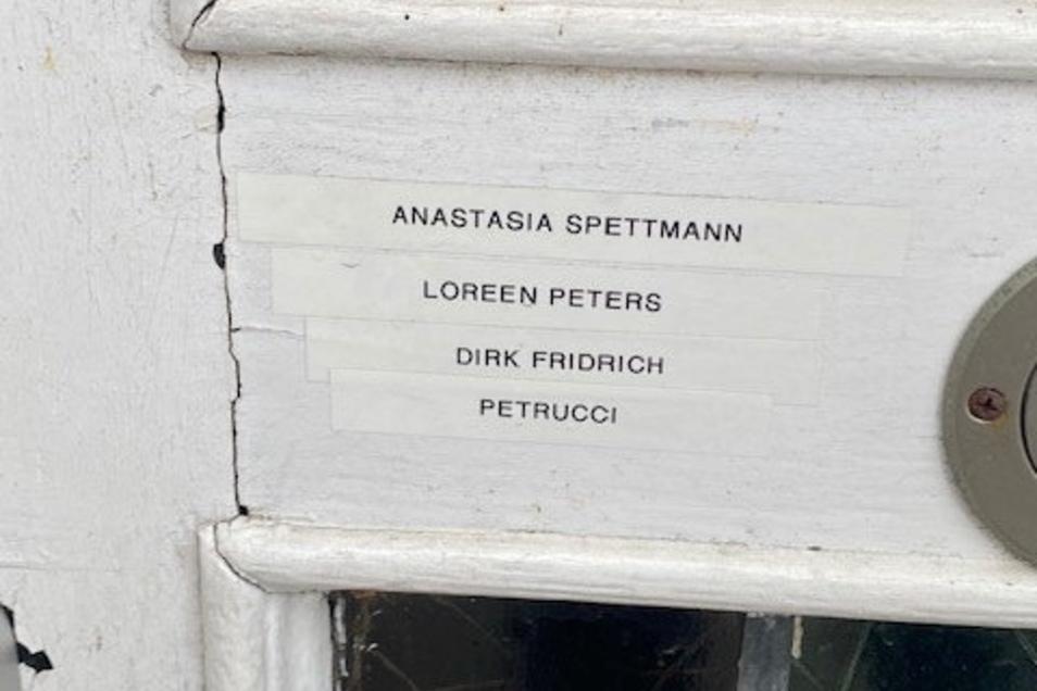 An der Tür des Hauses Grüner Weg 6 in Geldern stehen auch die Namen Loreen Peters und Petrucci.