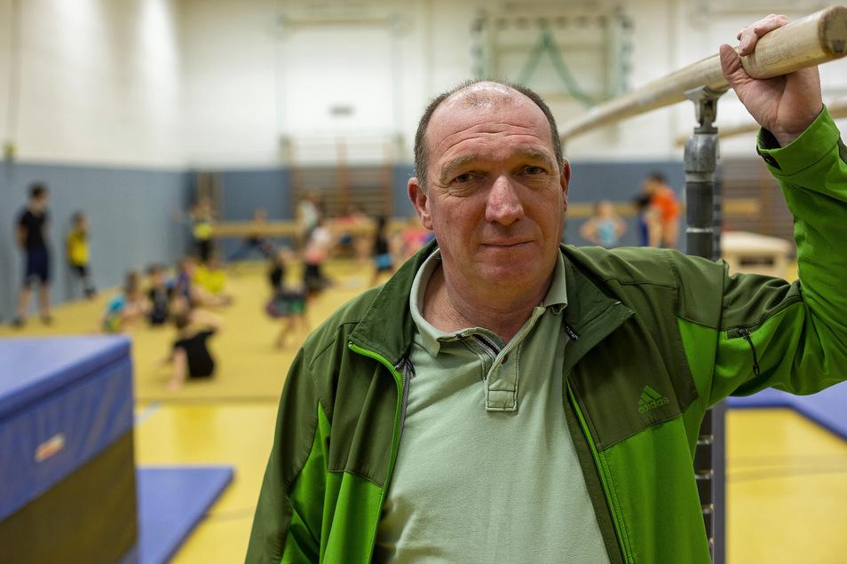 Vereinschef Steffen Schütz aus Pesterwitz hat Sorgen: Der Zulauf ist so groß, dass Halle und Fußballplätze nicht mehr ausreichen.