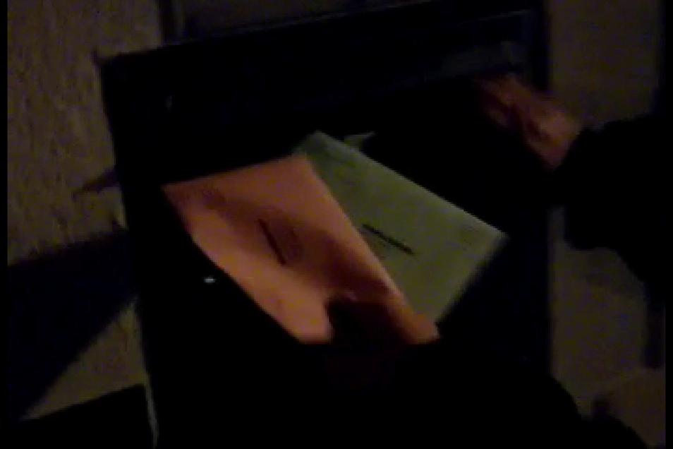 """Dienstagabend sah es hier ganz anders aus. Wer wollte, konnte sich Wahlbriefe aus dem Kasten """"fischen""""."""