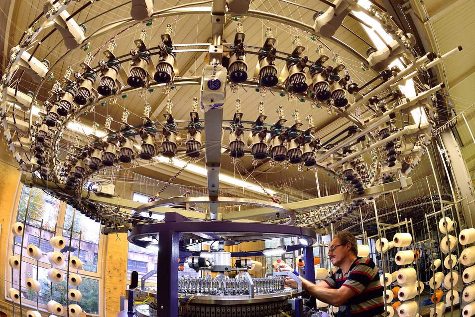 Da liefen die Geschäfte noch besser: Auf diesem Foto, das 2016 bei Terrot in Chemnitz entstand, wird an einer Großrundstrickmaschine, die für den Export bestimmt ist, gerade die Fadenführung montiert.