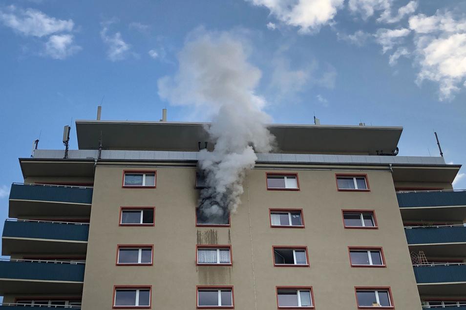 Bei einem Brand in einem Hochhaus in der Leipziger Innenstadt steigt grauer Rauch in den Himmel.