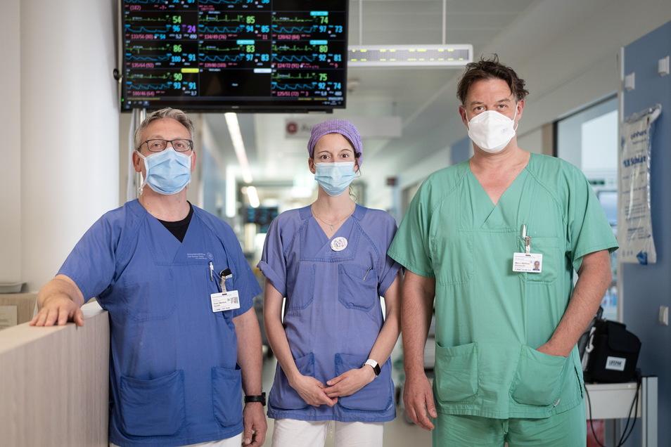 Oberarzt Peter Spieth, Pflegerin Michaela Strätz und der pflegerische Leiter Marco Reinhardt (v. l. n. r.) kümmern sich auf der Covid-Intensivstation der Dresdner Uniklinik um die Patienten.