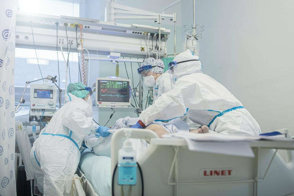 Medizinisches Personal versorgt eine Corona-Patientin auf der Intensivstation des Krankenhauses in Liberec.