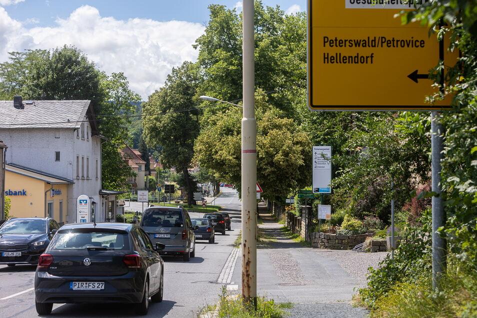 Auto an Auto: So ist es täglich auf der Straße durch Berggießhübel in Richtung Grenze.