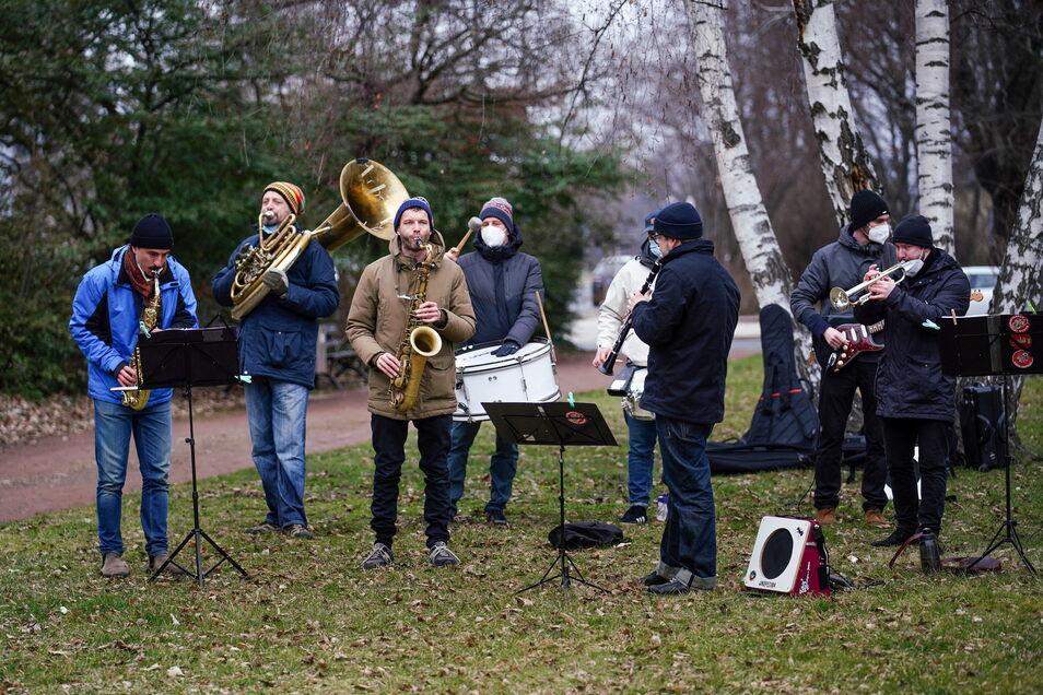Die Banda Comunale spielte auf der Kundgebung gegenüber dem Landgericht Dresden.