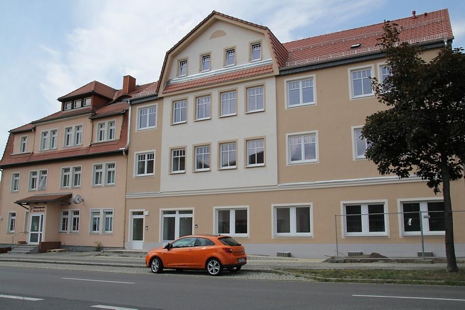 Am Wohn- und Geschäftshaus an der Thälmannstraße 24 (rechts) in Bernsdorf sind die Hüllen gefallen.