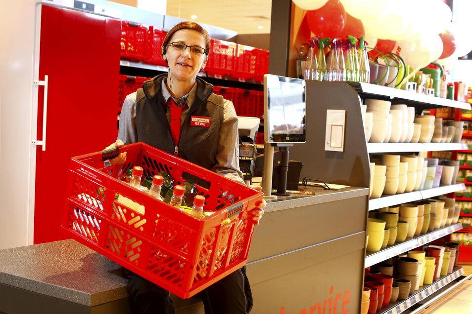 Im Pulsnitzer Rewe-Markt setzt man seit Kurzem auf das Onlinegeschäft – vor allem mit neuem Bestellservice. Auch Mitarbeiterin Katrin Böhme vom Abholservice kümmert sich um die Kundenwünsche. Diese roten Kisten spielen dabei eine große Rolle.