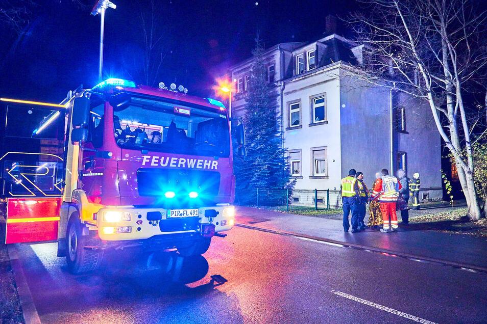 Feuerwehreinsatz auf der Glashüttenstraße in Pirna: Unbekannte haben gezündelt.