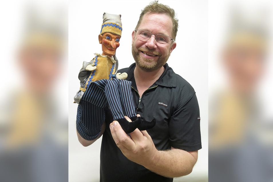 Puppenspiel-Profi Andreas Blaschke mit seinem Kasper, der dem Hohnsteiner Original ähnelt.