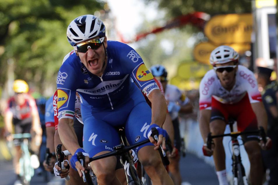 Elia Viviani von Team Deceuninck-Quick-Step feiert im Endspurt auf die Ziellinie.