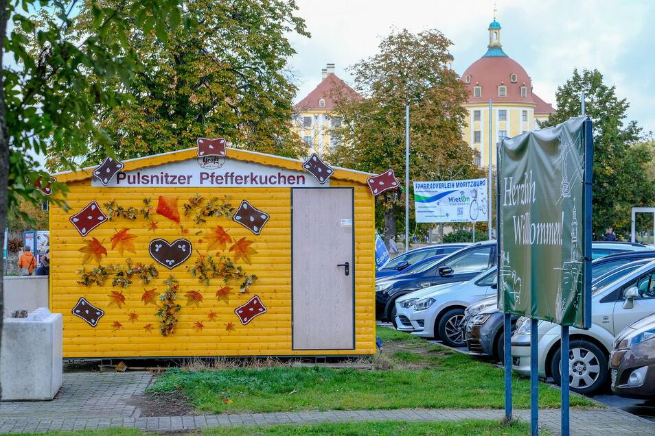 Im hinteren Teil des Moritzburger Schlossparkplatzes soll es Ende Oktober einen Markt geben.