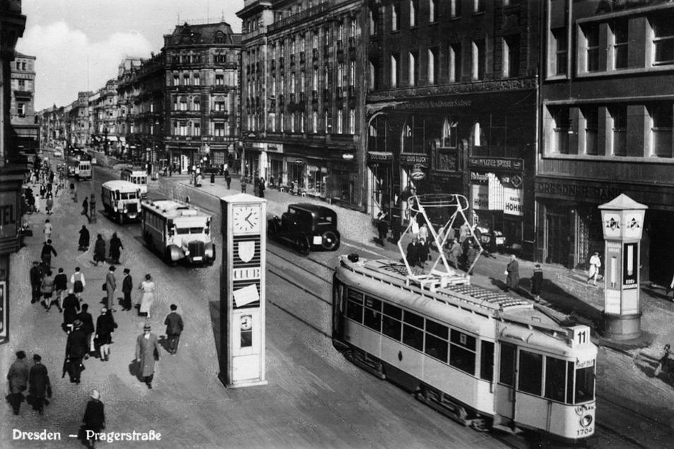"""Die Postkarte zeigt die Prager Straße in Dresden um 1935: Auf diesem trubeligen Einkaufsboulevard, im Gebäude mit der Hausnummer 44, hatte Charlotte Meentzen 1930 ihr Institut für Heilkräuter-Kosmetik gegründet. Sie befand sich in bester Gesellschaft: Im Ergeschoss verkaufte der """"Spanische Garten"""" eine reiche Auswahl an Südfrüchten, im Haus Nummer 48, an der Ecke zur Sidonielstraße, lag die namhafte Konditorei Hülfert."""