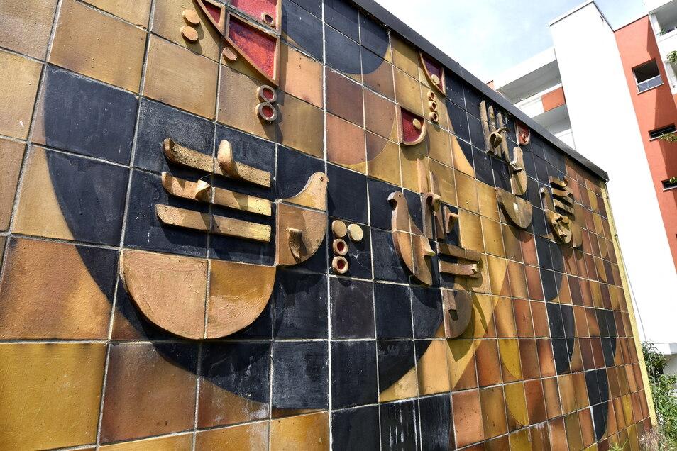 """Das Wandbild """"Der Fuchs und die Trauben"""" befindet sich in der Nähe des """"Grünen Heinrichs"""" und wurde 1988 von Gerhard Bondzin entworfen. Auch hier wird ein Werk von Gottfried Keller thematisch aufgegriffen, das Mosaik ist inzwischen denkmalgeschützt."""