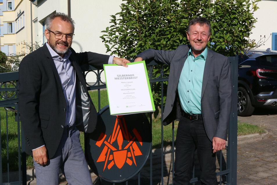 Der Waldheimer Bauunternehmer Markus Janasek (links) hat den silbernen Meisterbrief erhalten. Überreicht wurde er von Ulf Lotze, Geschäftsführer Verwaltung und Finanzen der Handwerkskammer Chemnitz.