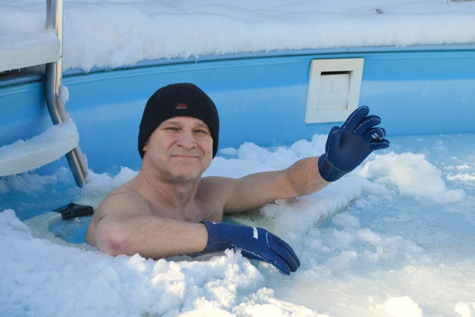 Jeden Tag steigt Steffen Träger in den Familienpool. Dass der größtenteils zugefroren ist, stört ihn kein bisschen.