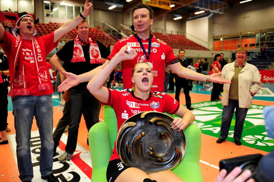 Kristina Kicka kann auch Feierbiest: Mit dem DSC holte sie bereits vier Titel, hier 2015 die Meisterschaft.