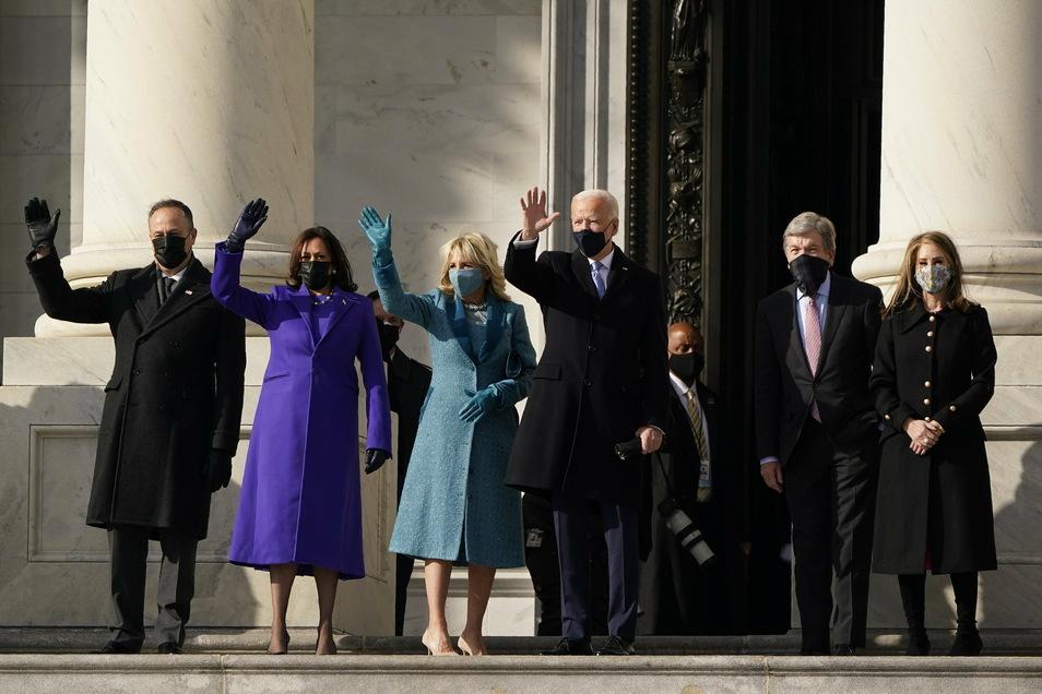 Der designierte Präsident Joe Biden, seine Frau Jill Biden und die designierte Vizepräsidentin Kamala Harris und ihr Ehemann Doug Emhoff kommen auf den Stufen des US-Kapitols zum Beginn der offiziellen Inaugurationszeremonien an.