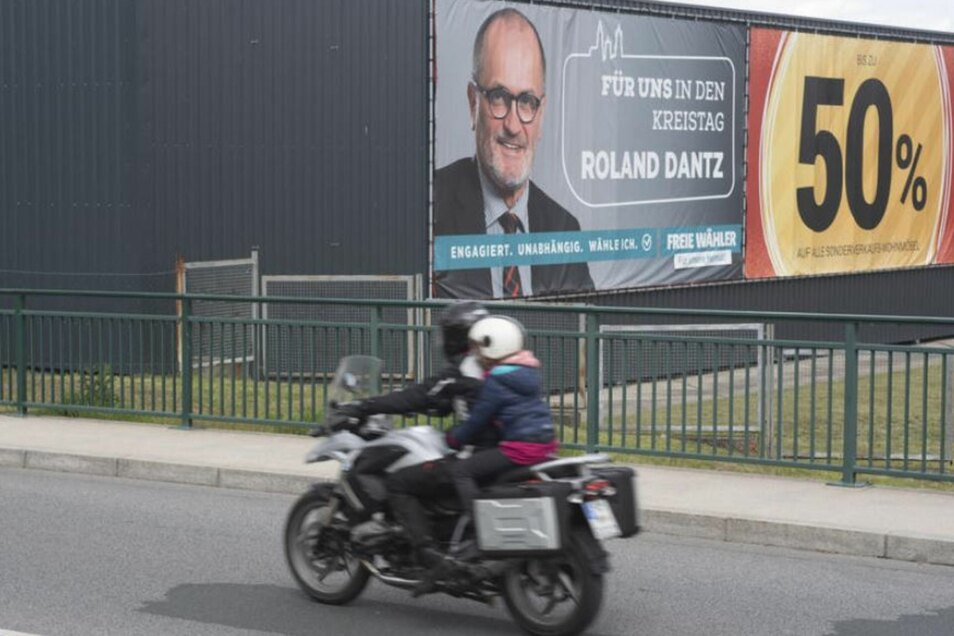 """Mit zwei riesigen Plakaten werben die Freien Wähler für den Einzug des OB in den neuen Kreistag. Die """"50 Prozent"""" sind dabei sicher kein Verweis auf die """"Resterampe"""", sondern eher auf die erhoffte absolute Mehrheit am 26. Mai. Wahnsinn!"""