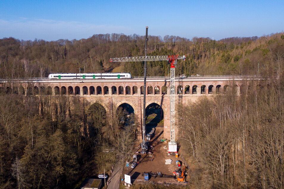 Die Kräne, die während der Sanierung des Heiligenborner Viadukts in Waldheim aufgestellt worden sind, werden derzeit abgebaut.