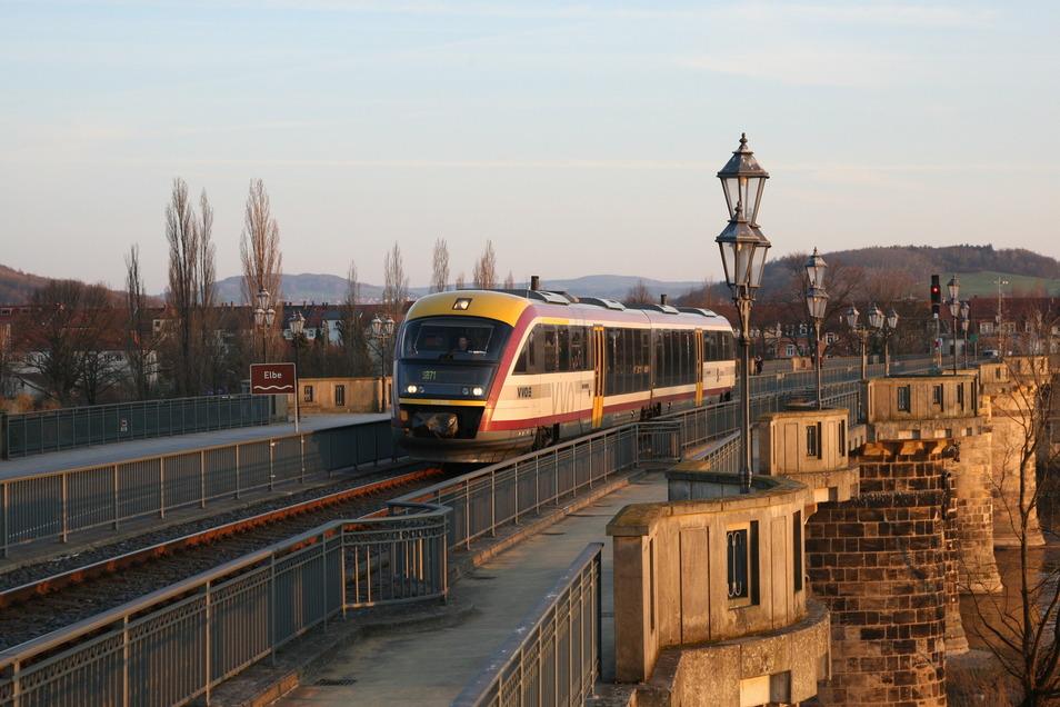 Tatort Bahnhof: Am Haltepunkt in Pirna-Copitz hatte der Angeklagte seine schwangere Frau auf die Gleise gestoßen.