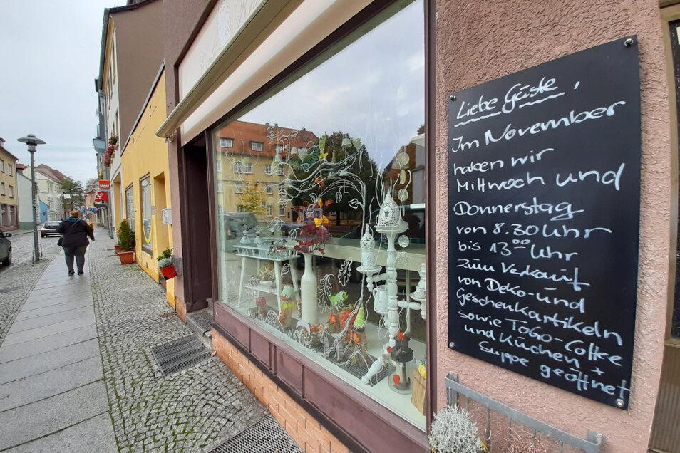 Das Café Rosali in der Kirchstraße hat einen Kompromiss gefunden, um nicht den ganzen Monat geschlossen zu sein: Neben Dekoartikeln können Kaffee, Kuchen und Suppen zum Mitnehmen erworben werden.