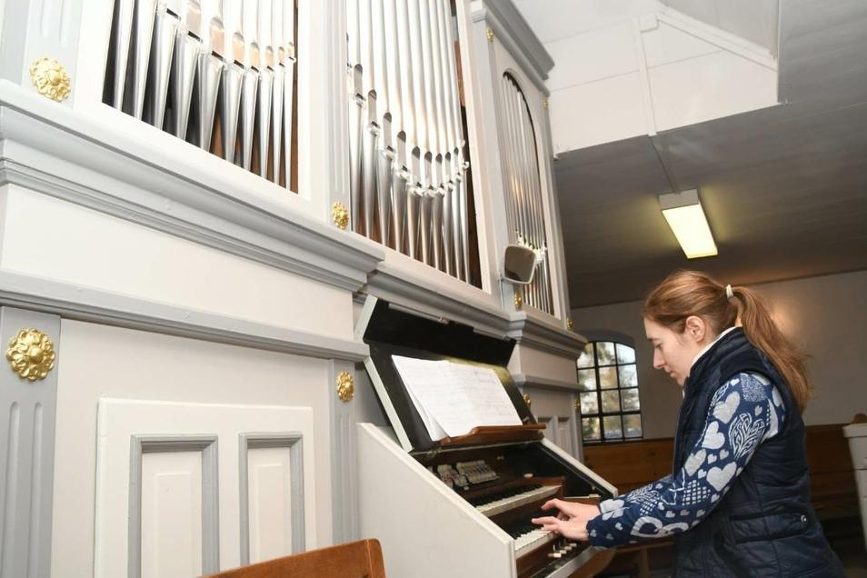 Die Orgelspielerin Viva Grineo-Polishchuk weiht mit ihrem Spiel die Orgel in der Kirche Kosel am 2. Advent nach einer mehrmonatigen Reparatur erneut ein.