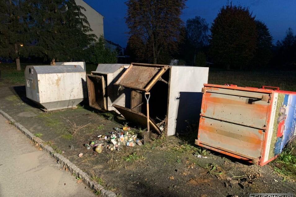 Unbekannte hatten in Hirschfelde Glas- und Altkleider-Container umgeworfen.