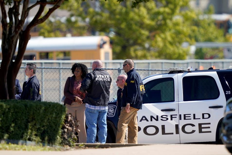 Ein 18-Jähriger soll in einer High School in Arlington mehrere Menschen mit Schüssen verletzt haben.