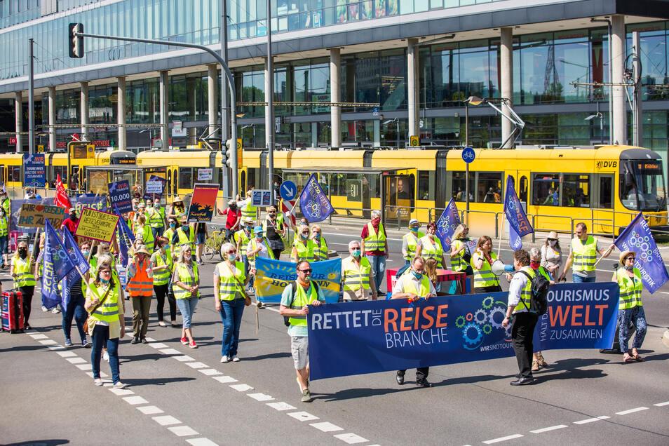 Die Demonstration führte vom Hauptbahnhof unter anderem über die St. Petersburger Straße.