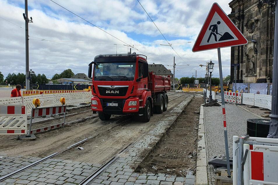 Begonnen haben jetzt auch die Arbeiten in diesem Abschnitt im Anschluss an die bereits weitgehend fertig gestellte Haltestelle.