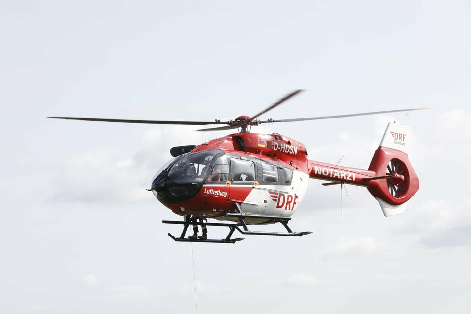 Ein Hubschrauber der DRF Luftrettung brachte am Sonntag einen Notarzt ins Waldbad nach Oberau.