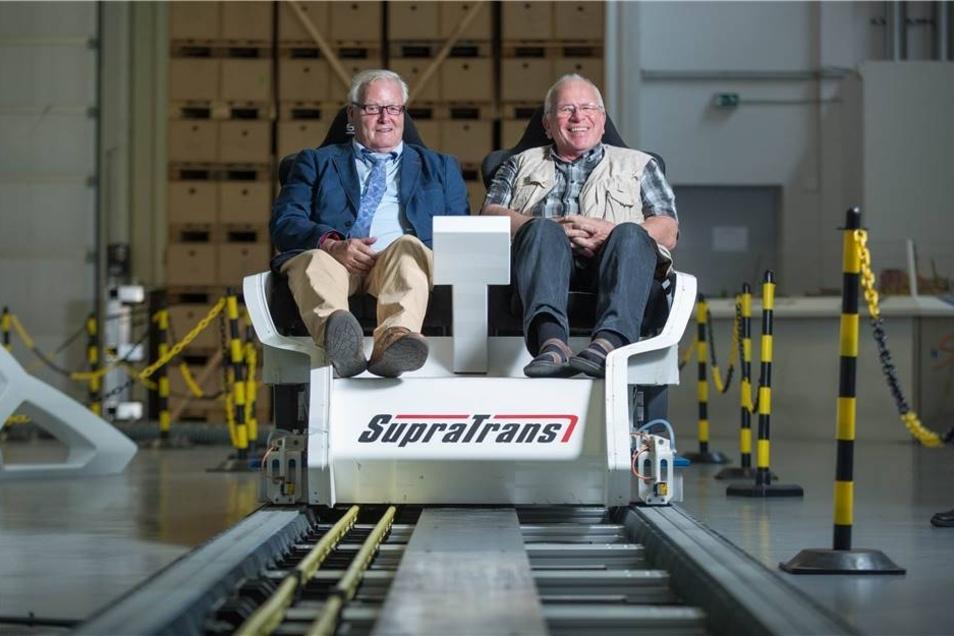 """Reinhard Dietze und Eberhard Mittag vom Fernsehturmverein testeten in der  Schwebebahn-Versuchsanlage """"Supratrans2"""" den Gleiter für den Höhenflug - die Machbarkeitsstudie zu dem Projekt fiel allerdings negativ aus."""