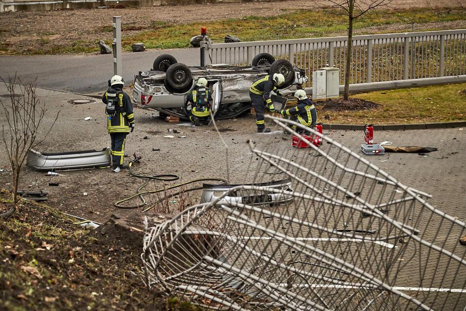 Bereits in Vergangenheit kam es immer wieder an dieser Stelle zu Verkehrsunfällen, wo Fahrzeuge gegen den Zaun fuhren oder sogar den Abhang hinunter rasten.