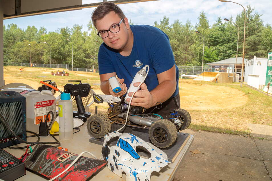 Eric Seuß heizt den Motor seines Rennautos vor, der kalt nicht richtig starten würde. Er ist seit vier Jahren Mitglied in der MSG in Niesky.